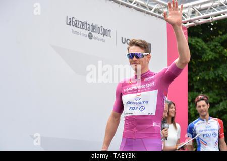 Team Groupama - FDJ Fahrer Frankreich Arnaud Demare gesehen, eine Geste während der 102. Ausgabe des Giro d'Italia 2019, Stufe 13 eine 196 km Etappe von Pinerolo zu Ceresole Reale (Lago Serrù) 2247 m. Stockbild