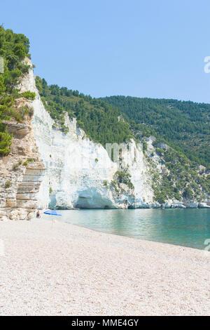 Vignanotica, Apulien, Italien - berühmte Kiesstrand an der Küste von Apulien Stockbild