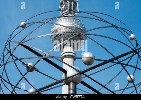 Blick auf Fernsehturm durch Weltzeituhr am Alexanderplatz in Berlin-Deutschland Stockbild