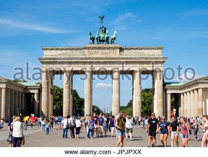 Viele Touristen stehen vor dem Brandenburger Tor in Mitte Berlins Deutschland Stockbild