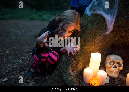 Ein junges Mädchen gekleidet im Kostüm für Halloween-Nacht. Stockbild