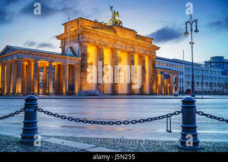 Brandenburger Tor in der Abenddämmerung, Berlin Stockbild