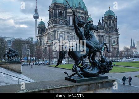 Der Berliner Dom, Fernsehturm und Lustgarten von den Stufen des Alten Museums, Mitte, Berlin, Deutschland, Stockbild