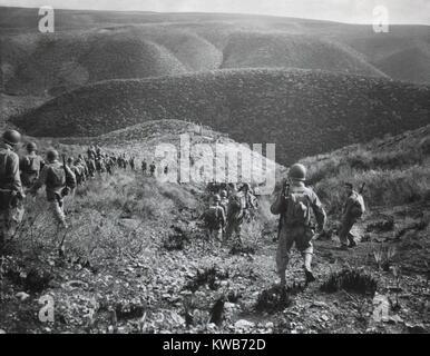 Us-ersten Ranger Bataillon auf einer Geschwindigkeit März über hügeliges Gelände in Arzew, Algerien, Stockbild