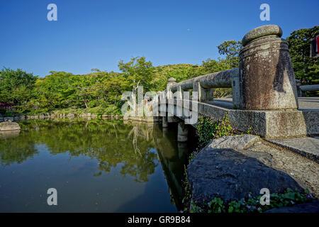 Niedrigen Winkel Blick auf Brücke über See gegen Bäume und Himmel Stockbild