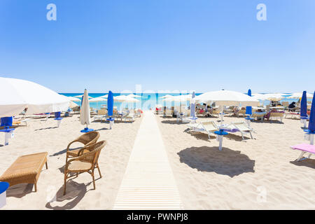 Lido Venere, Apulien, Italien - Start- und Landebahn auf dem schönen Strand von Spiaggia di Posto Vecchio Stockbild