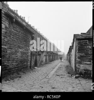 Helena Straße, Burnley, Lancashire, 1966-1974. Eine Ansicht von higgin Straße entlang der gepflasterten ginnel (Gasse) zwischen Anne Street und Helena Straße läuft, zeigt der hinteren Erhöhungen der Häuser auf Helena Straße. Die Reihenhäuser hier gezeigt wurden in den 70er Jahren abgerissen. Stockbild