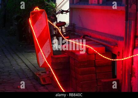 Blinkende Lichter auf eine Straßensperre, Baustelle in der Dämmerung, Bremen, Deutschland, Europa Stockbild