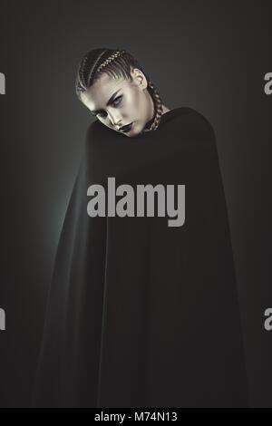 Schwarze vampir Frau mit schwarzen Umhang. Halloween und Gothic Stockbild