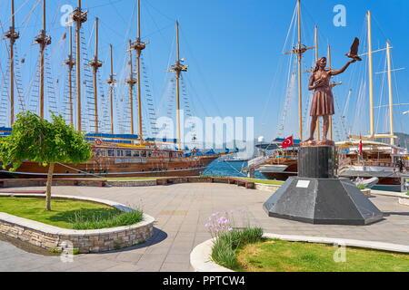 Mädchen mit Tauben Statue, Marina in Marmaris, Türkei Stockbild
