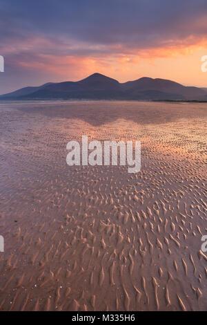 Die Mourne Mountains in Nordirland bei Sonnenuntergang, fotografiert von Murlough Strand. Stockbild