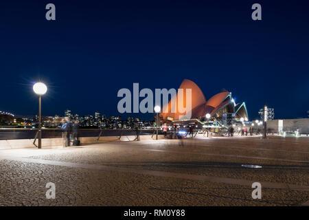 Das Opernhaus von Sydney bei Nacht. Stockbild