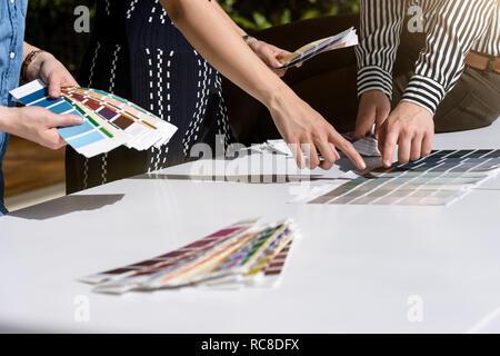 Kollegen Brainstorming mit Farbtafeln Stockbild