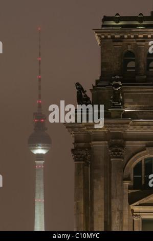 Reichstag Parlament und Fernsehturm, Dämmerung, Winter, Berlin, Deutschland, Europa Stockbild