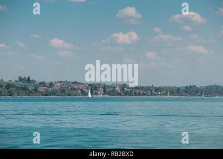 Nette kleine Segelboote auf einem See in der Nähe der Küste Stockbild