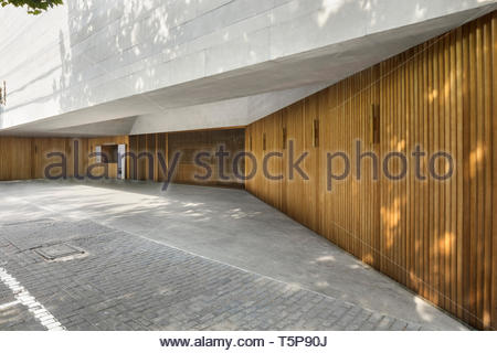 Türen am Eingang. Neue Shanghai Theater, Shanghai, China. Architekt: Neri & Hu, 2017. Stockbild
