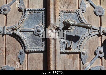 Alte Tür Verriegelung an einem alten Haus, Bremen, Deutschland, Europa ich alte Türklinke ein einem alten Haus, Bremen, Deutschland, Europa I Stockbild