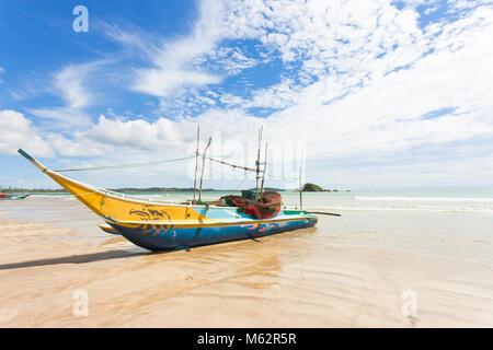 Das Weligama Beach, Sri Lanka, Asien - ein traditionelles Fischerboot am Sandstrand von Weligama Stockbild