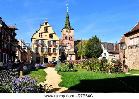 Frankreich, Haut Rhin, Alsace Wein Straße, Turckheim, Turenne, das Rathaus und die Kirche Stockbild