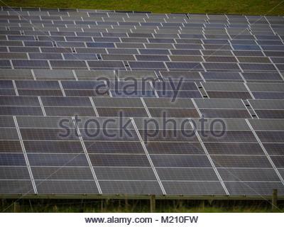 West Sussex Solarzellen im Feld Stockbild