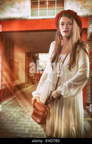 Frau mit einer Pistole, einen Laden auszurauben Stockbild