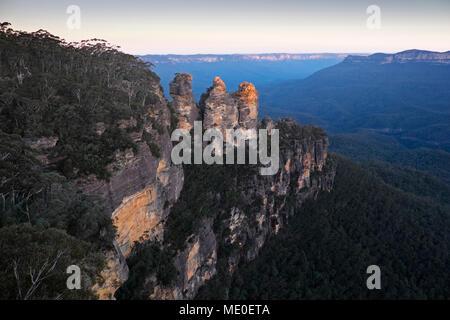 Drei Schwestern und einen herrlichen Überblick über die Blue Mountains National Park in New South Wales, Australien Stockbild