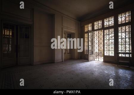 Innenansicht der ein Zimmer in einem verlassenen Schloss in Frankreich. Stockbild