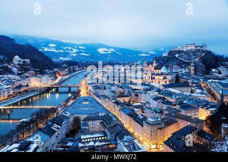 Blick über die Altstadt, Weltkulturerbe der UNESCO, und die Festung Hohensalzburg bei Dämmerung, Salzburg, Österreich, Europa Stockbild