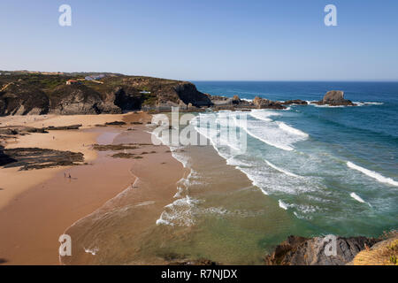 Wellen des Atlantiks am Sandstrand in der Morgensonne brechen, Zambujeira do Mar, Alentejo, Portugal, Europa Stockbild