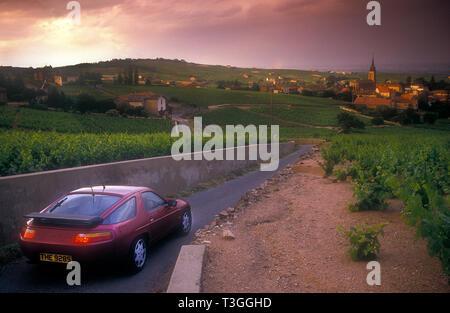 Porsche 928 S fahren Sie in Richtung St. Emilion, Frankreich 1989 Stockbild