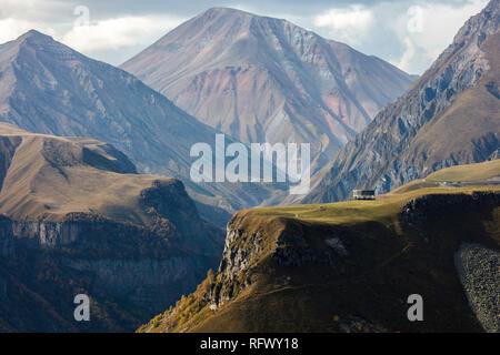 Schönes Licht wirft auf das Denkmal, Gergeti, Georgien, Zentralasien, Asien Stockbild