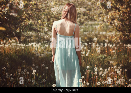 Frau in einer Blume Bereich. Outdoor Portrait Stockbild
