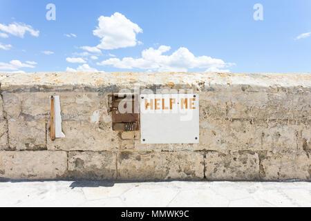 Gallipoli, Apulien, Italien - eine tote alte Brief Kasten an der historischen Stadtmauer Stockbild