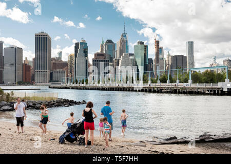 East River Beach in Brooklyn Bridge Park, Pier 3 und der Lower Manhattan Skyline im Hintergrund. Brooklyn Bridge Park Pier 3, Brooklyn, United Stat Stockbild