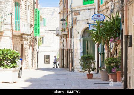 Molfetta, Apulien, Italien - 3. JUNI 2017 - Touristen in einer Gasse in ein Restaurant Stockbild