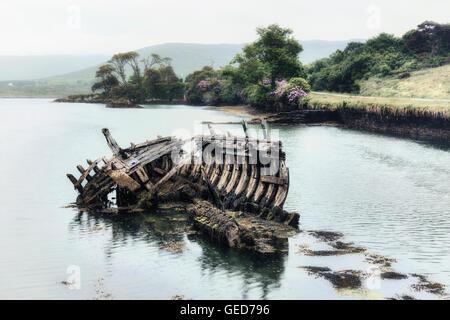 ein altes Schiffswrack im Meer Stockbild