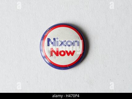 Nixon jetzt Pin Knopf Abzeichen republikanische Präsidentschafts Wahl Kampagne 1972 USA HOMER SYKES Stockbild