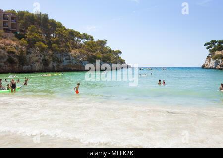 Cala Santanyi, Mallorca, Spanien - AUGUST 2016-Tourist am Strand von Santanyi ihre Freizeit genießen. Stockbild