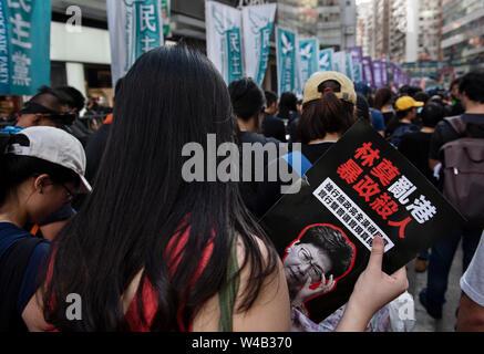 Eine Demonstrantin hält ein Plakat gegen den Chief Executive von Hong Kong Carrie Lam während der Demonstration. Tausende Demonstranten nehmen Sie Teil einer Grosskundgebung fordert unabhängige Untersuchung Polizei Taktik in Hongkong. Stockbild