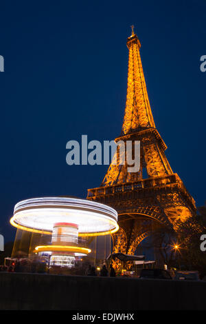Eiffel Turm Blick in Paris mit Log Exposition Karussell Stockbild