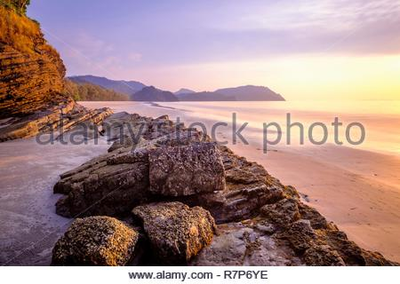 Thailand Songkhla Provinz, Tarutao National Marine Park, Ko Tarutao Insel, Ao Jak Strand bei Sonnenuntergang Stockbild
