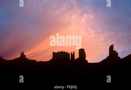 Vor Sonnenaufgang im Monument Valley in Arizona. Stockbild