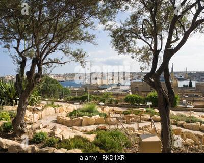 Blick über einen sonnigen Garten und den Grand Harbour in Valletta Malta von theTriq Girolamo Cassar Street in Richtung Senglea und Birgu Stockbild