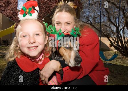 Mutter und Tochter und ein Hund Stockbild