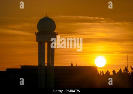 Sonnenuntergang am ehemaligen Flughafen Tempelhof, Berlin Stockbild
