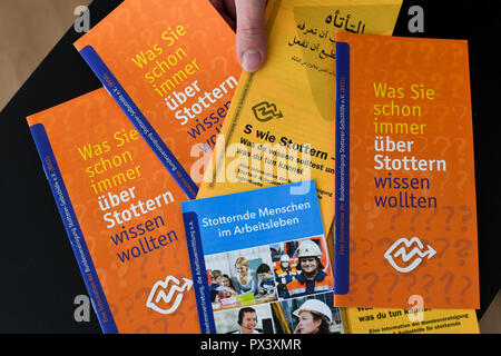 Berlin, Germany. 17th Oct, 2018. Information brochures can be found in the consultation centre 'Sprechraum', which offers advice on stuttering and other communication problems. It is information material of the Bundesvereinigung Stottern & Selbsthilfe (BVSS), the association of stuttering people in Germany. (on 'Weekend Question World Day of Stuttering' of 20.10.2018) Credit: Jens Kalaene/dpa-Zentralbild/dpa/Alamy Live News Stockbild