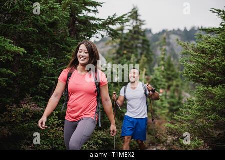 Paar, Wandern im Wald Stockbild