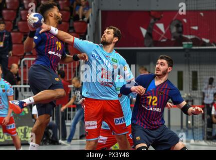 Doha, Capital of Qatar. 19th Oct, 2018. FC Barcelona's Timothey Germain Guessan (L) competes during the final match of the 2018 IHF Super Globe World Handball Club Championship between Fuchse Berlin and FC Barcelona in Doha, Capital of Qatar, Oct. 19, 2018. FC Barcelona won 29-24 to claim the title. Credit: Nikku/Xinhua/Alamy Live News Stockbild