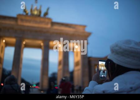 Touristen fotografieren am Brandenburger Tor bei Dämmerung, Pariser Platz, Mitte, Berlin, Deutschland Stockbild