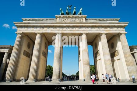 Menschen vor dem Brandenburger Tor in Berlin Deutschland Stockbild